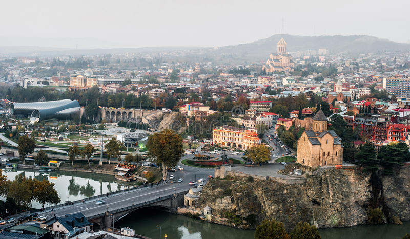 Förbluffa Tbilisi cityscape med floden arkivfoton