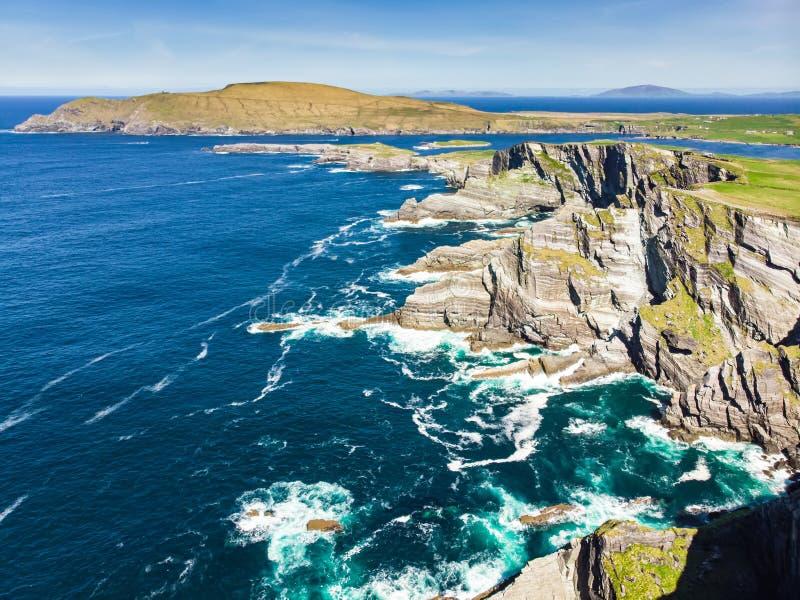 Förbluffa vågen piskade Kerry Cliffs, de mest spektakulära klipporna i ståndsmässiga Kerry, Irland Turist- dragningar på den berö arkivfoto