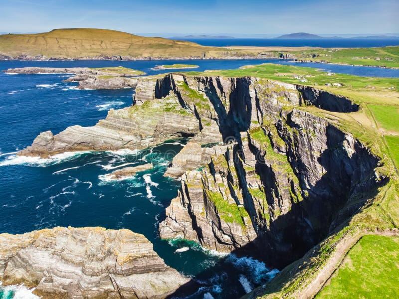 Förbluffa vågen piskade Kerry Cliffs, de mest spektakulära klipporna i ståndsmässiga Kerry, Irland Turist- dragningar på den berö arkivbild