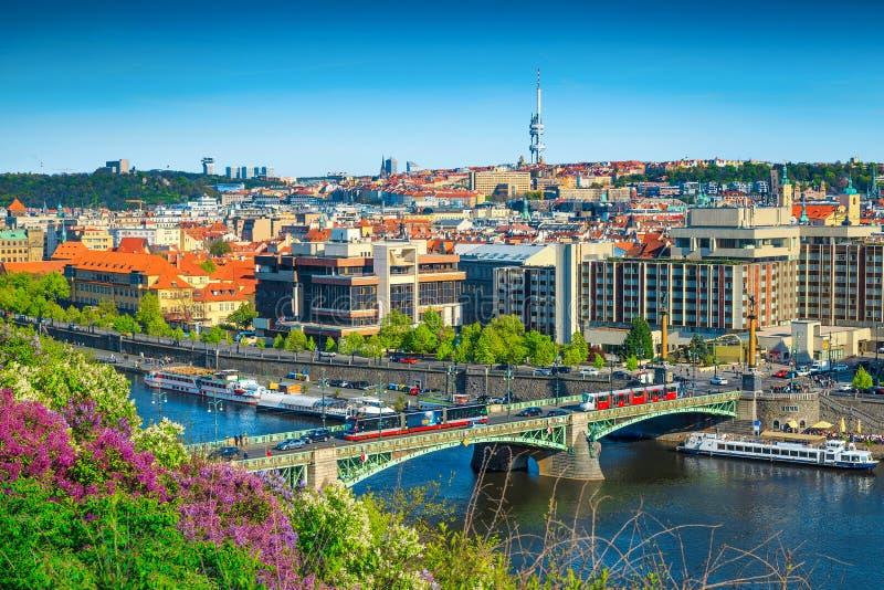 Förbluffa vårcityscapepanorama, Prague, Tjeckien, Europa fotografering för bildbyråer