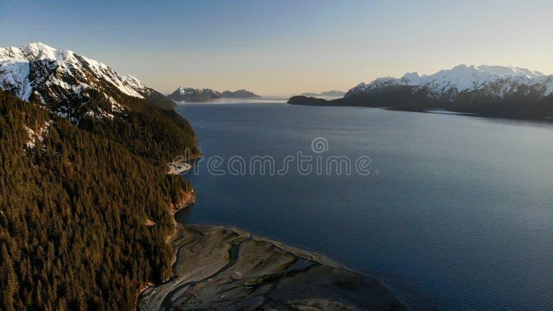 Förbluffa vårsikt av fjärden i Alaska royaltyfri bild