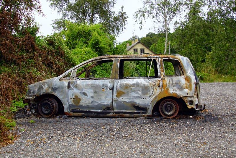 Förbränd Volkswagen Touran arkivbild