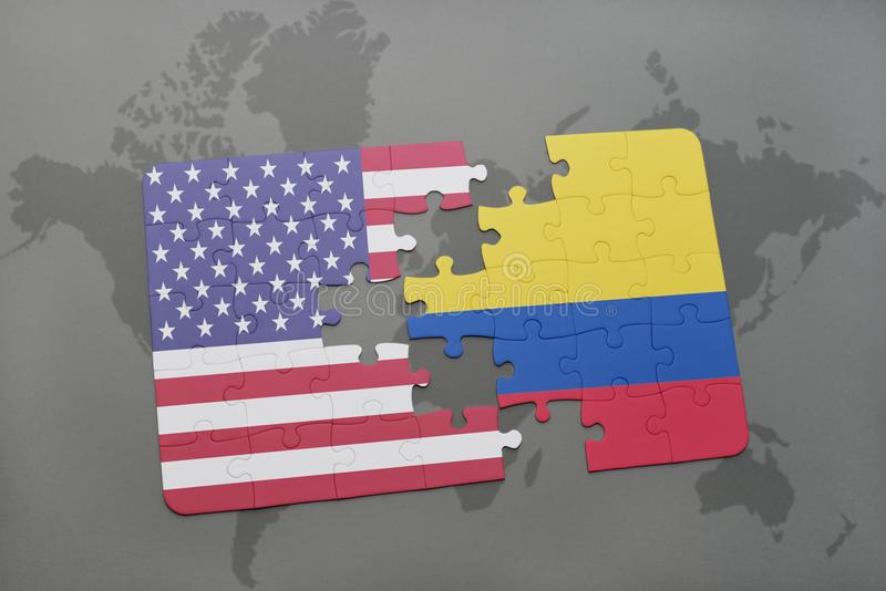 förbrylla med nationsflaggan av USA och Colombia på en världskartabakgrund royaltyfria bilder