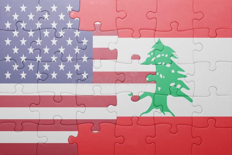 Förbrylla med nationsflaggan av USA och Libanon arkivfoton