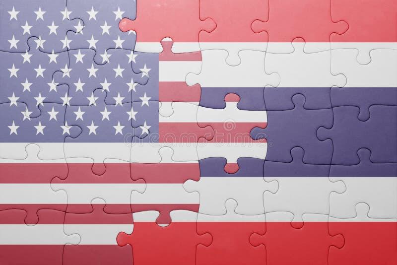 Förbrylla med nationsflaggan av USA och Thailand royaltyfri bild