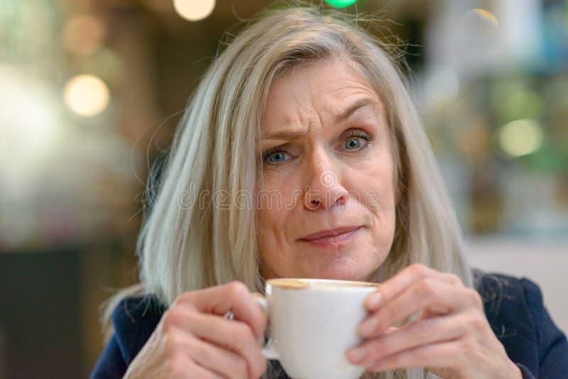 Förbryllad eller tvivlande mellersta åldrig kvinna royaltyfri bild