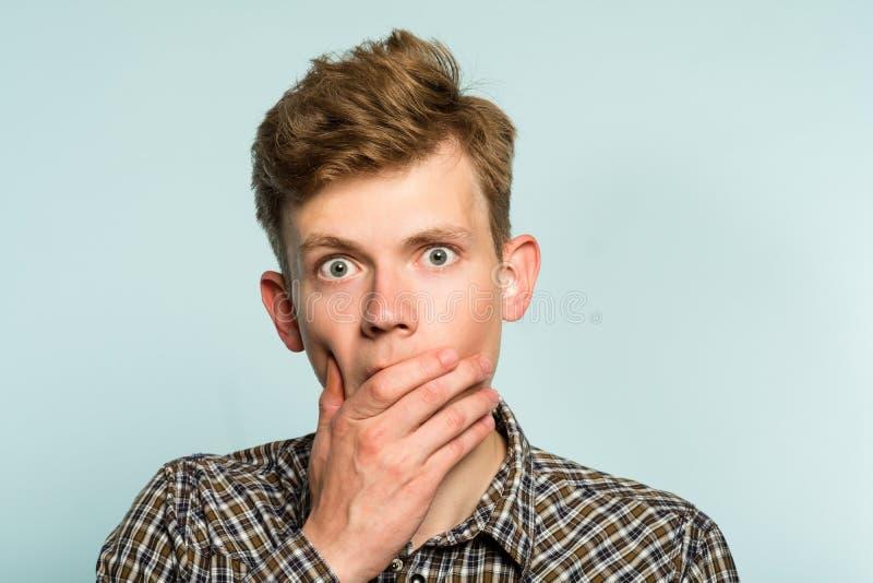 Förbryllad förvirrad chockad häpen manräkningsmun arkivfoton