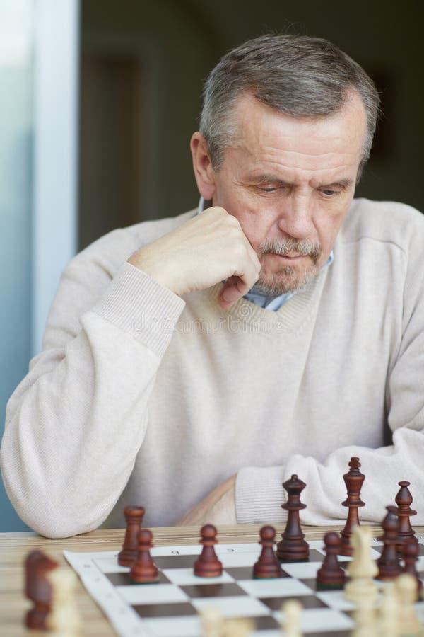 Förbryllad gammal grandmaster royaltyfri bild