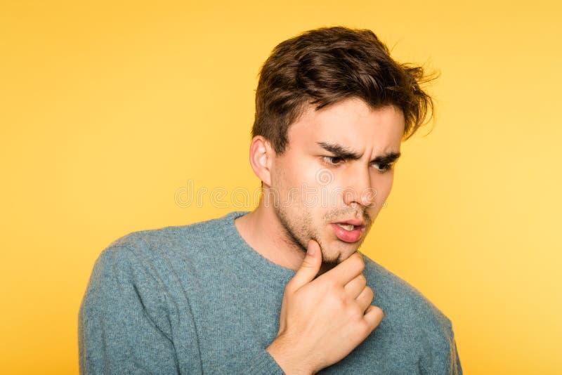 Förbryllat förvirrat tänka för manskrapaskägg fotografering för bildbyråer