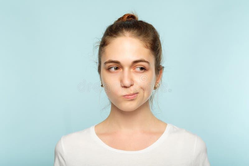 Förbryllat tvivelaktigt kvinnaansiktsuttryck för skeptiker royaltyfri foto
