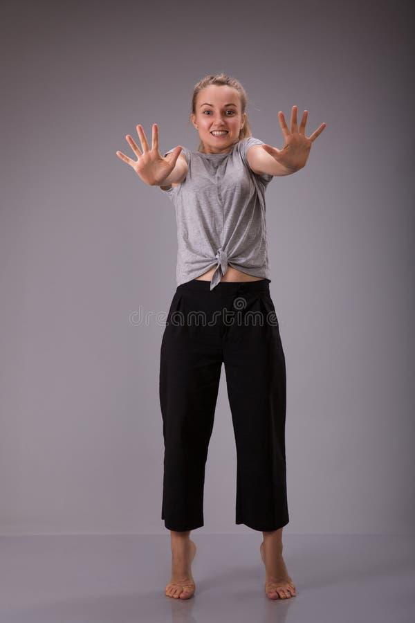 Förbudsymbol Samtal för tecken för Smyling kvinnligt showstopp till handgesten arkivfoton