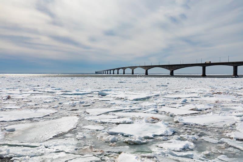 Förbundbro över havsis till PEI Canada royaltyfri fotografi
