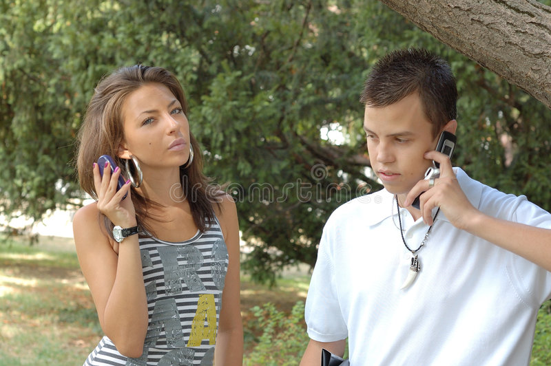 Förbunden båda som använder den mobila telefonen arkivbilder