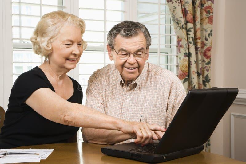 förbunden den mogna bärbar dator royaltyfria foton