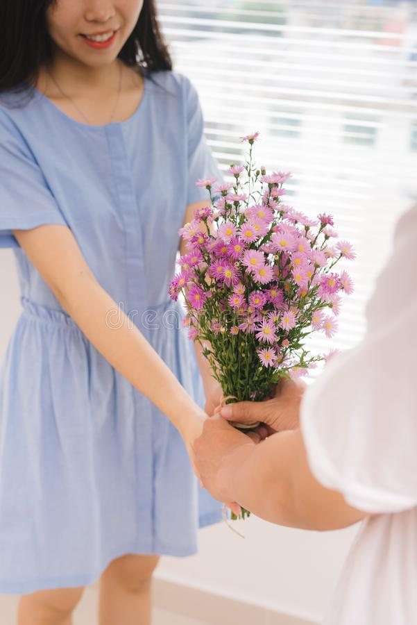 förbunden förälskelse Romantisk man som ger blommor till hans flickvän arkivfoton