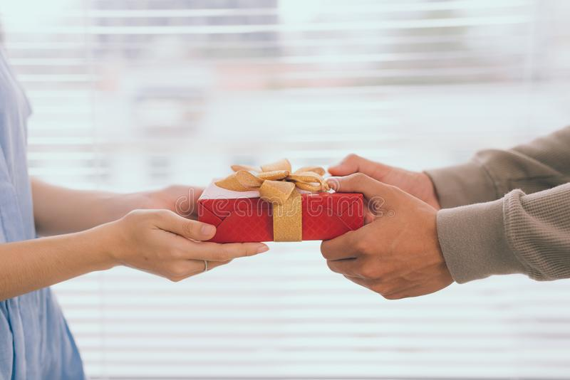 förbunden förälskelse Romantisk man som ger gåvan till hans flickvän royaltyfri foto