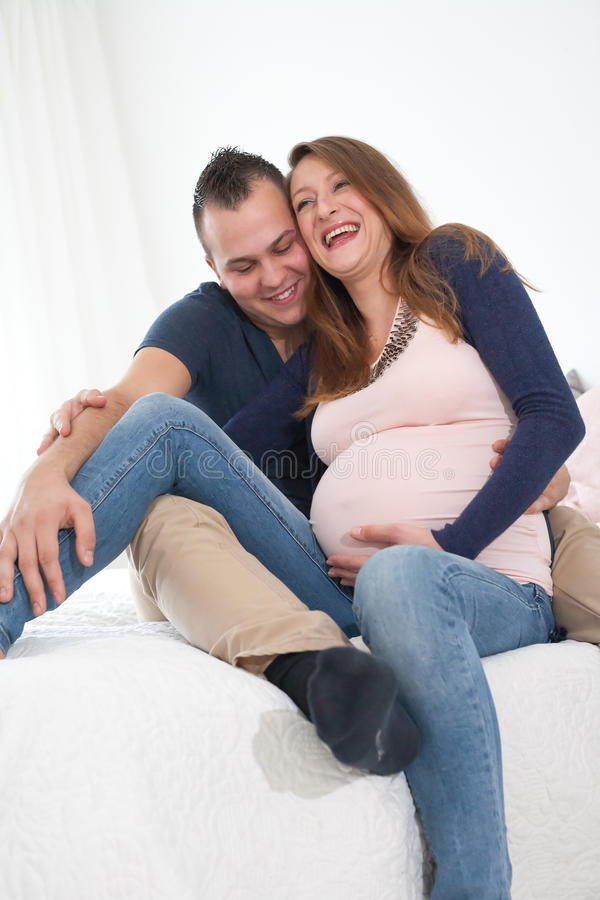 förbunden gravid le arkivfoton