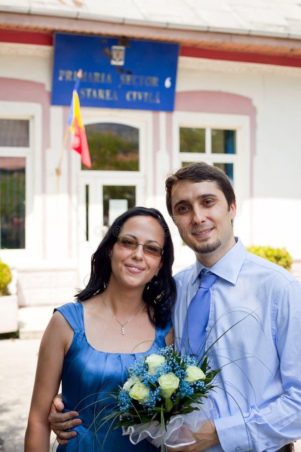 förbunden lyckligt bara gift utomhus- barn royaltyfria bilder