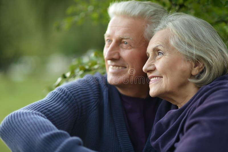 förbunden lyckligt mature arkivfoton