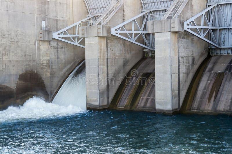 Fördämningöverflödportar med blått vatten arkivbild