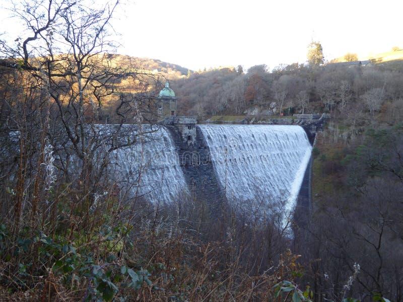 Fördämning för penna Y Garreg i Elan Valley, Wales med vatten som över flödar arkivfoton