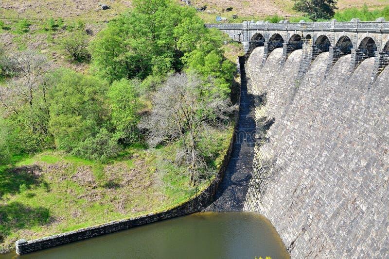 Fördämning i Elan Valley i Wales, UK royaltyfria bilder