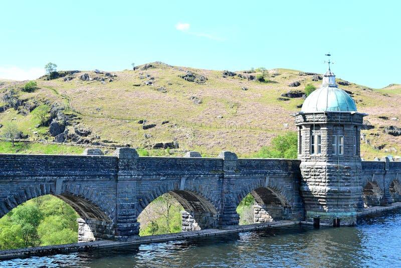 Fördämning i Elan Valley i Wales, UK royaltyfri fotografi
