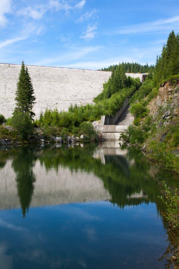 Fördämning med uttag till sjön fotografering för bildbyråer