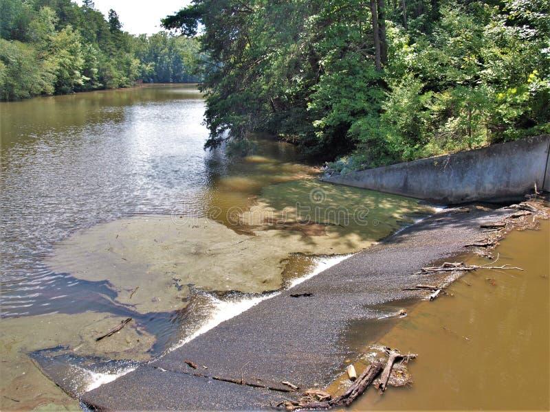 Fördämning på sjön Norman State Park i North Carolina arkivbild