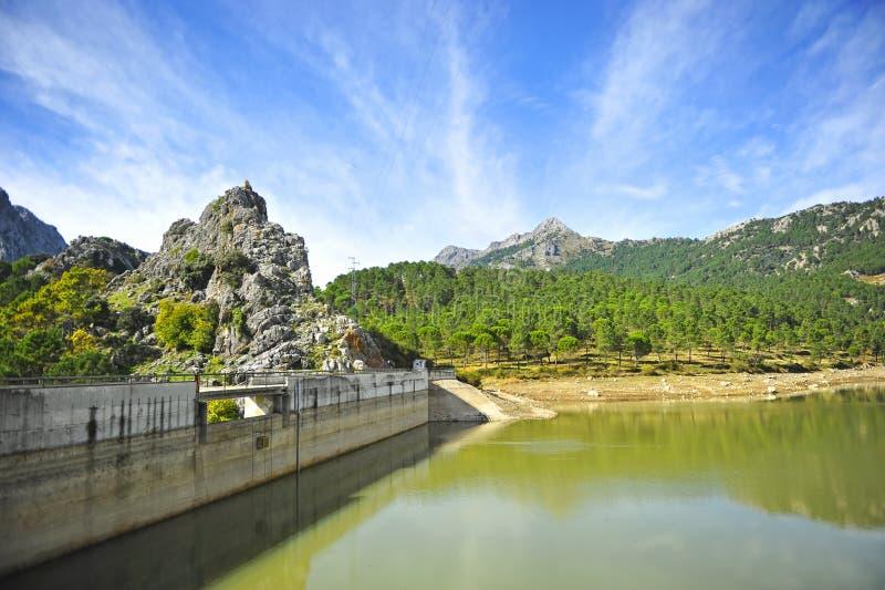 Fördämningen av den Fresnillo behållaren, toppiga bergskedjan de naturliga Grazalema parkerar, landskapet av CÃ-¡ diz, Spanien royaltyfria bilder