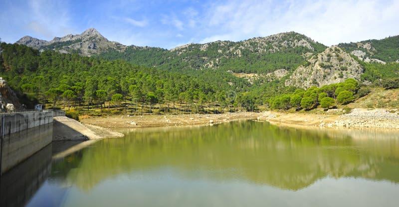 Fördämningen av den Fresnillo behållaren, toppiga bergskedjan de naturliga Grazalema parkerar, landskapet av CÃ-¡ diz, Spanien arkivfoto