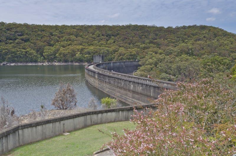 Fördämningvägg och sjö från över arkivfoton