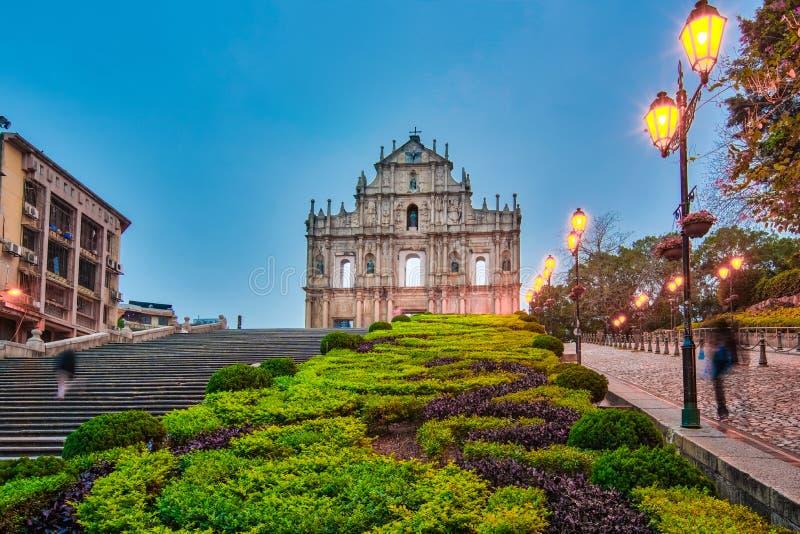 Fördärva av den kyrkliga fasaden på natten i Macao, Kina arkivfoto