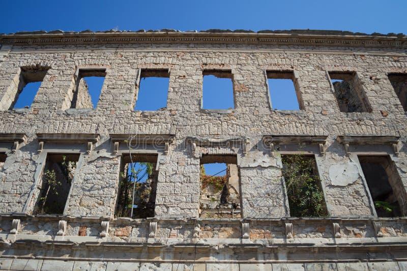 Fördärva av gammalt övergett hus i förfall, Mostar, Bosnien & Hercegovina royaltyfri bild