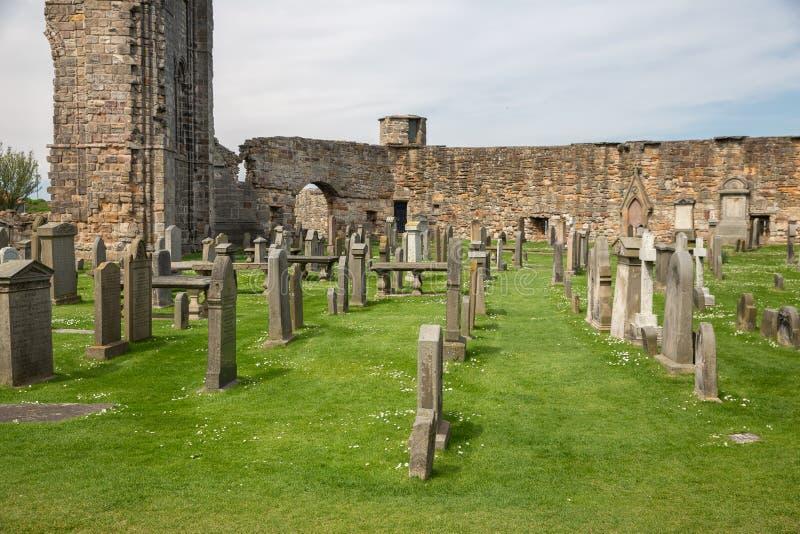 Fördärva och kyrkogården med gravstenar nära den St Andrews domkyrkan, Skottland arkivbild