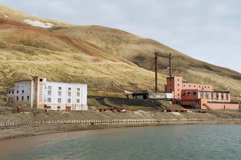 Fördärvade byggnader av kraftverkstationen på den övergav ryska arktiska bosättningen Pyramiden, Norge royaltyfri foto