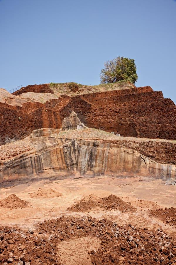 Fördärvar överst av den Sigiriya slotten royaltyfria bilder