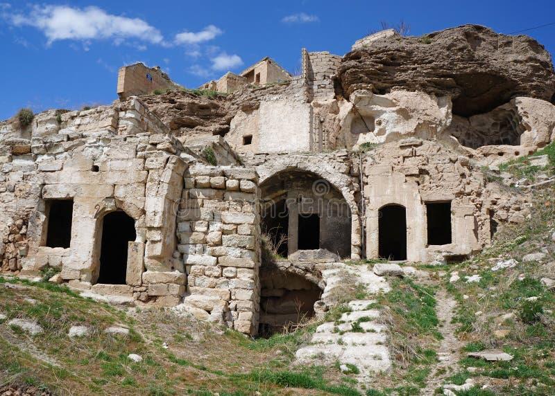 Fördärvar av övergav gamla hus för en grotta med trappa på Avanos Turkiet Cappadocia arkivbild