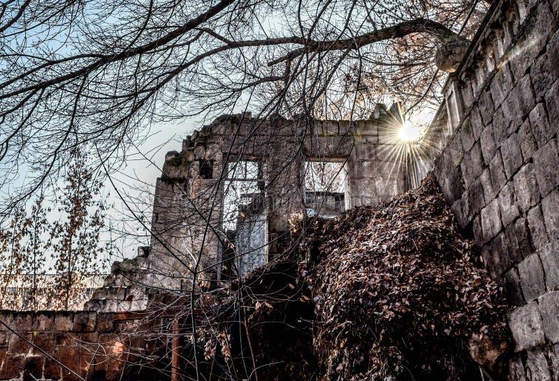 Fördärvar av övergett förstört hus, fotografering för bildbyråer