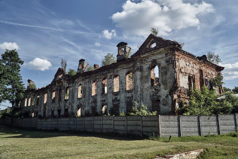 Fördärvar av bränd barock slott royaltyfri foto