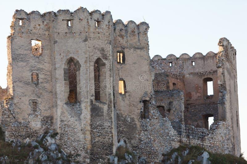 Fördärvar av den Beckov slotten för rekonstruktion - Slovakien royaltyfri fotografi