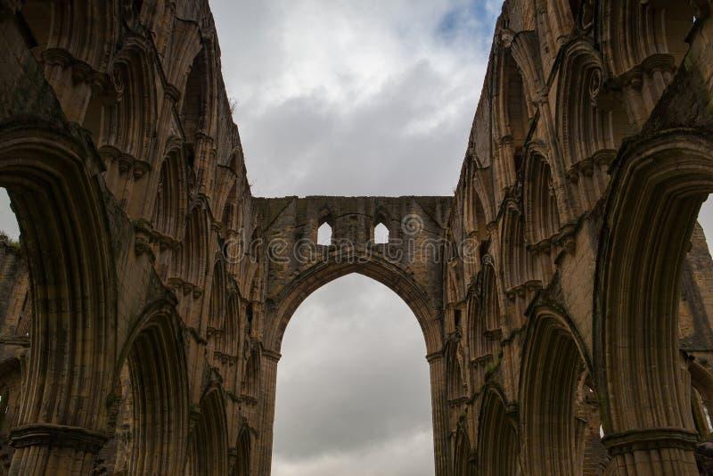 Fördärvar av den berömda abbotskloster, England royaltyfri bild