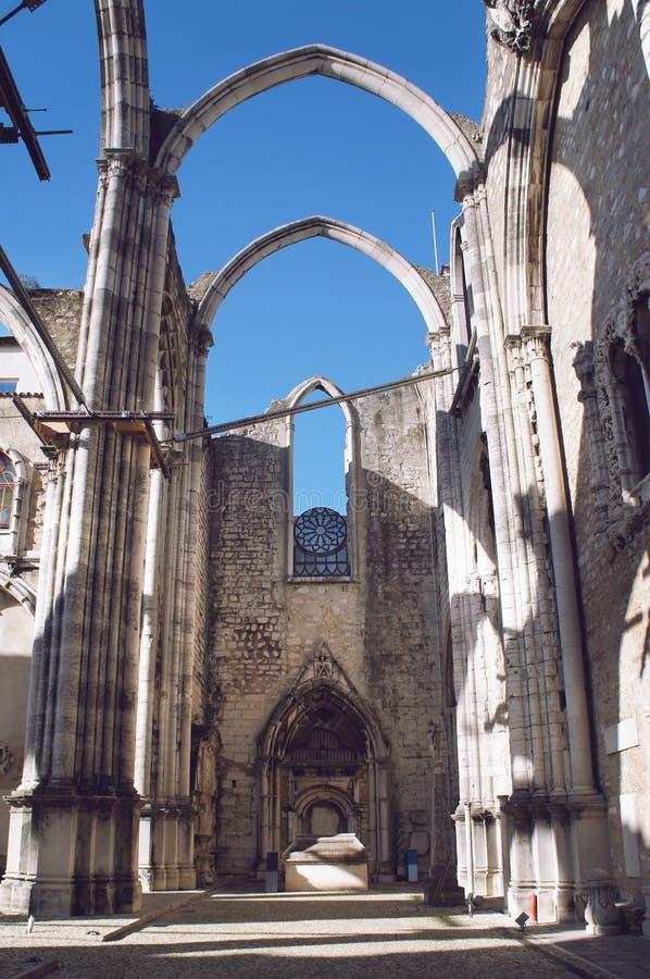 Fördärvar av den Carmo kloster, Lissabon royaltyfri bild