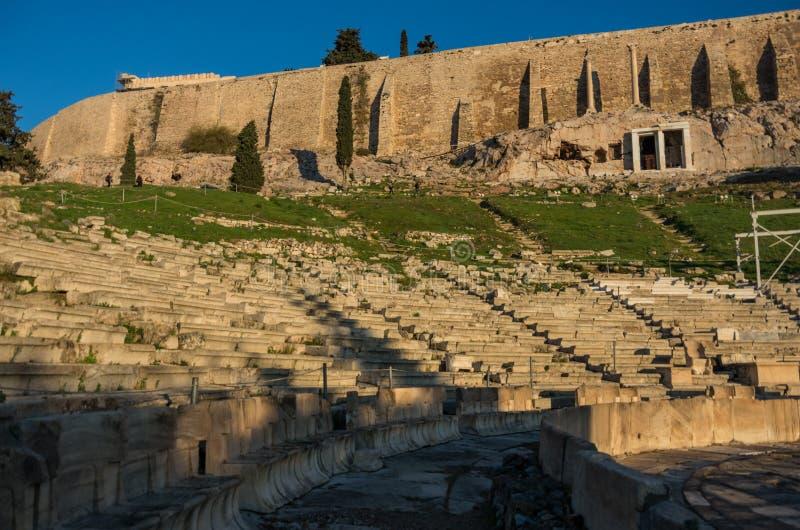 Fördärvar av den choragic monumentet av Thrasyllus och teater av Dion royaltyfri fotografi