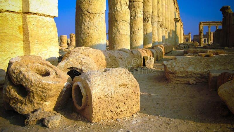 Fördärvar av den forntida akvedukten och Palmyrakolonner, den forntida staden som nu förstörs, Syrien royaltyfria bilder