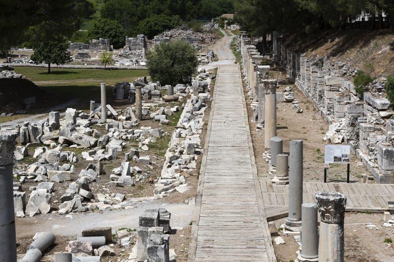 Fördärvar av den forntida antika staden av Ephesus arkivbyggnaden av Celsus, amfiteatertemplen och kolonner Kandidat f royaltyfria bilder