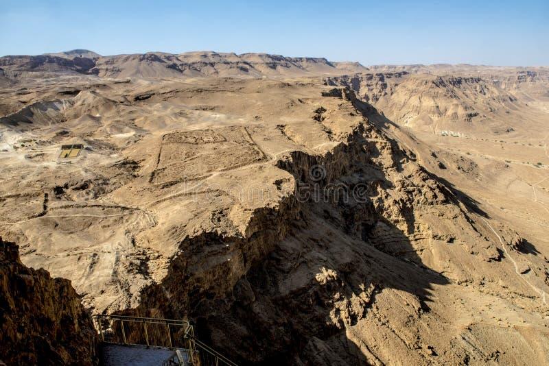 Fördärvar av den forntida fästningen av Massada på berget nära det döda havet i sydliga Israel royaltyfria foton