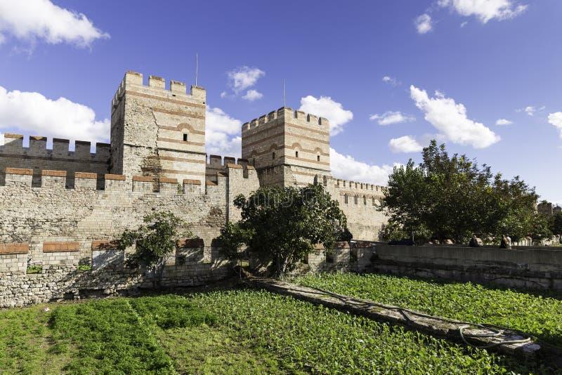 Fördärvar av den forntida fästningväggen av den Belgradkapi Belgrad porten, Istanbul arkivbild
