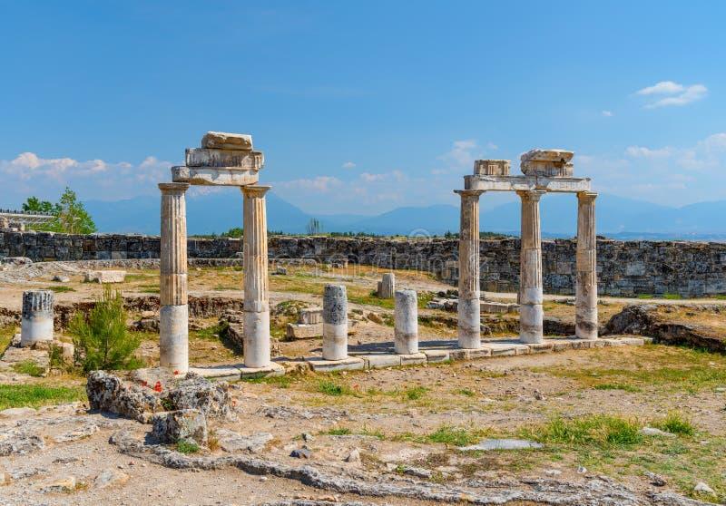 Fördärvar av den forntida gymnastiksalen i den antika staden av Hierapolis, Pamukkale, Turkiet arkivbild