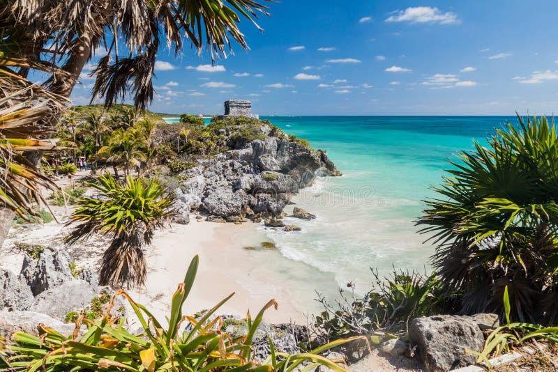Fördärvar av den forntida Mayastaden Tulum och det karibiska havet, Mexi arkivfoton